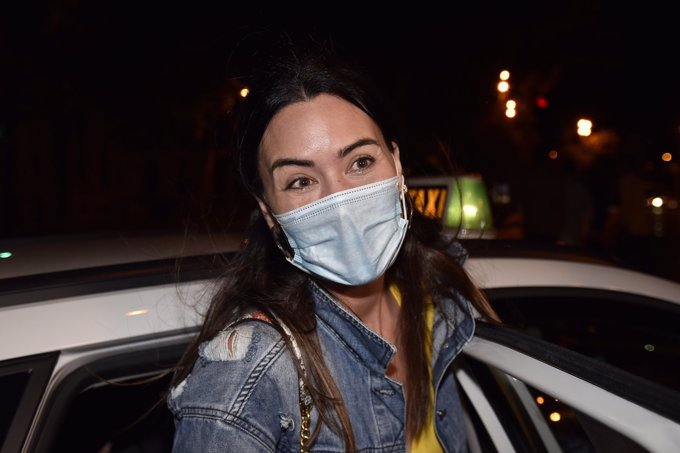 La miss España atiende sonriente a la prensa con la mascarilla reglamentaria contra el Covid