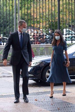 El monarca esperó a la Reina para entrar a la Biblioteca Nacional