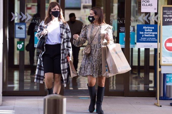 La asturiana, de compras con una amiga