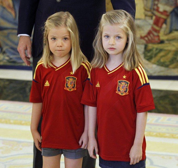Año 2012. Leonor y Sofía celebran la Eurocopa lograda por la Selección Española