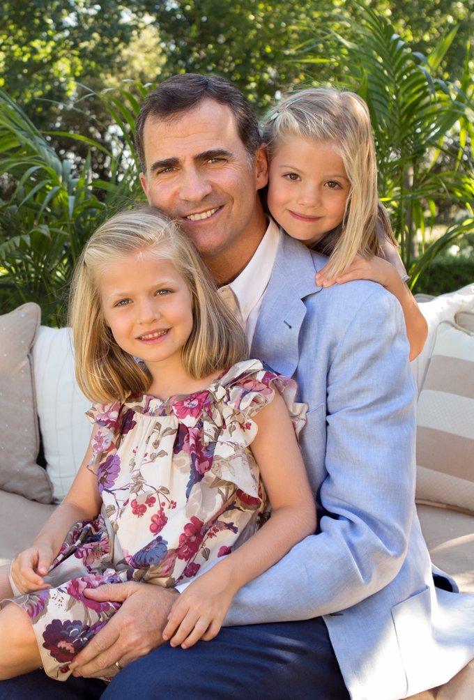 Leonor y Sofía posan con su padre en el año 2014