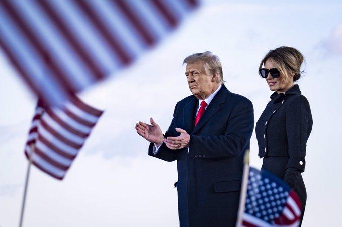 Melania Trump, del luto riguroso a un look de lo más colorido al llegar a Florida