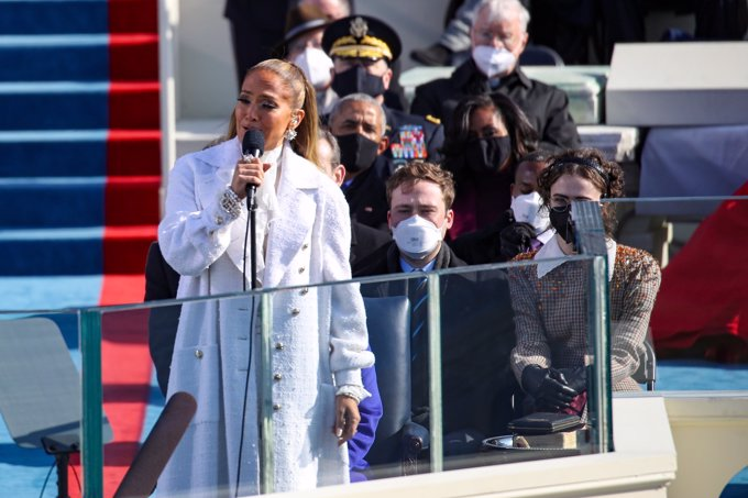 Jennifer López aclama en español el Juramento a la bandera de Joe Biden