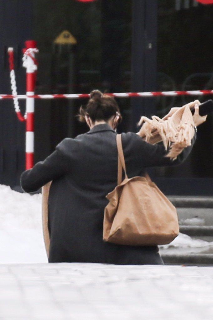 Sara Carbonero ha lucido un maxi bolso de piel marrón de Loewe