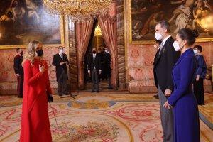 Doña Letizia, espectacular con un vestido con un claro efecto fit