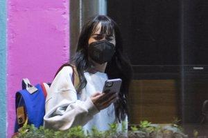 La cantante, muy pendiente de su teléfono móvil