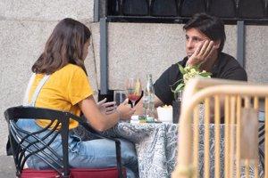 Francisco y Tana tomaron el aperitivo en una céntrica terraza de la capital