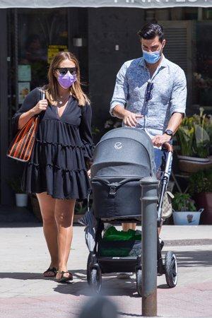 Paula Echevarría y Miguel Torres, tranquilo paseo con su bebé