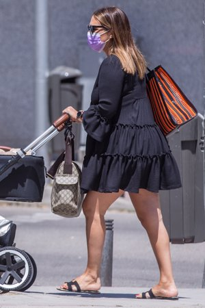 La actriz presumió de piernas con un minivestido negro