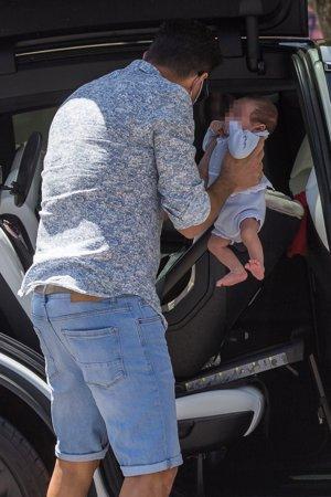 Miguel fue el encargado de meter al pequeño en el coche