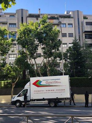 Dos camiones han recogido las pertenencias de la colaboradora en el que fue su último hogar