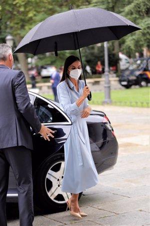La Reina se ha protegido de la lluvia con un enorme paraguas