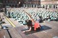 Lauren Imparato impartiendo clase de yoga en la Plaza Mayor de Madrid