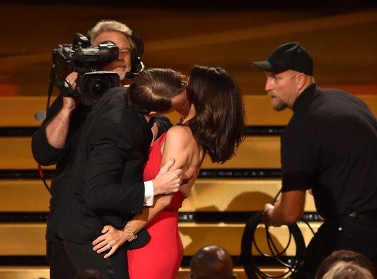 Beso entre Bryan Cranston y Julia Louis-Dreyfus