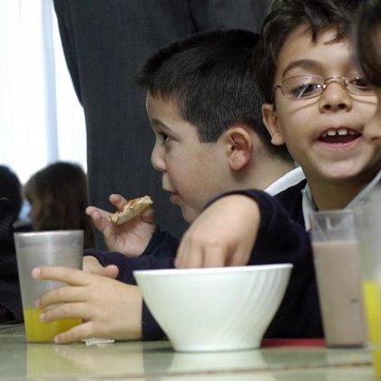 Menos del 10% de los niños toman leche, fruta e hidratos de carbono para desayunar