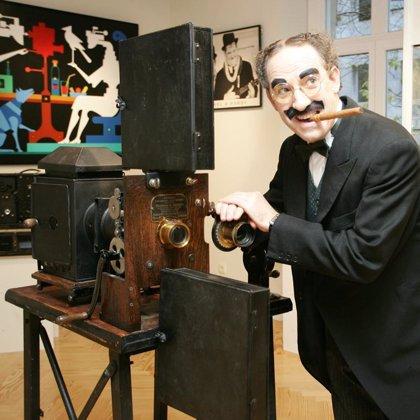 Una exposición de objetos de cine muestra en la Academia de Cine el primer cinematógrafo de Lumiere