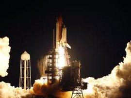 El transbordador espacial Endeavour despega desde Cavo Cañaveral rumbo a la Estación Espacial Internacional