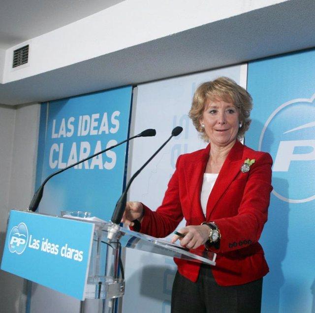 La Presidenta de la Comunidad de Madrid, hoy en la calle Génova.