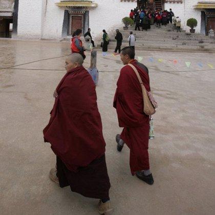 Tiendas y coches incendiados durante protestas de monjes tibetanos contra China