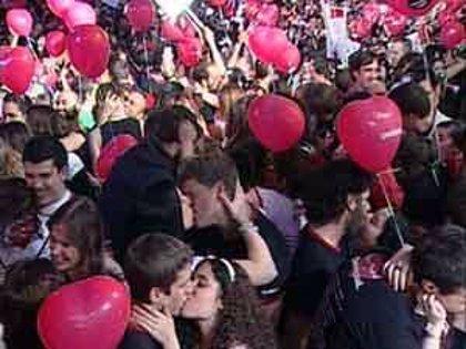 Más de 7.000 personas se besan en Madrid
