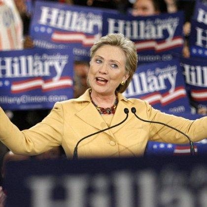 Clinton asegura que Obama no puede soportar la presión y le invita a abandonar la carrera a la presidencia
