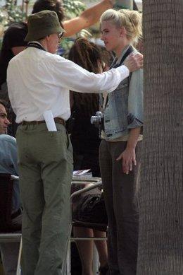 Scarlett charla con Woody Allen durante el rodaje.
