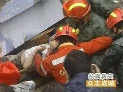 Un hombre chino sobrevive después de pasar más de siete días bajo los escombros