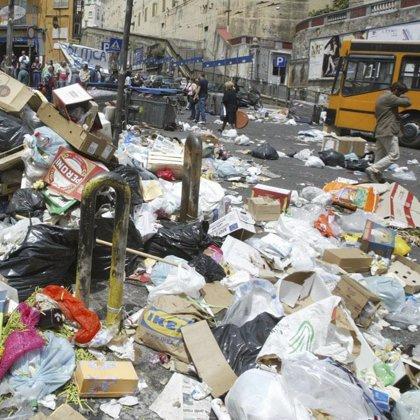 Disturbios entre policías y napolitanos por las protestas de la basura