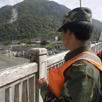 China lanza misiles para vaciar el lago creado tras el terremoto de Sichuán