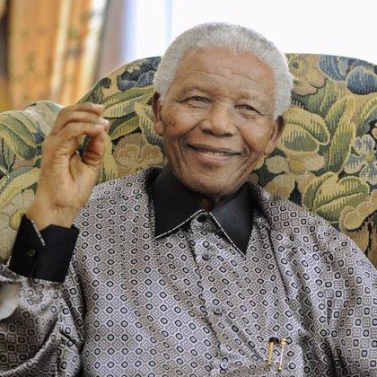 """Nelson Mandela denuncia el """"trágico fracaso del liderazgo"""" de Mugabe"""