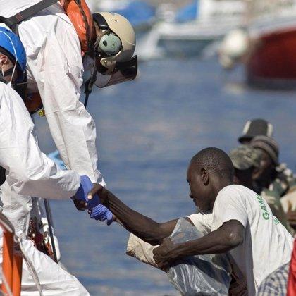 Llegan 179 inmigrantes en la embarcación detectada a ocho millas del muelle de Los Cristianos (Tenerife)