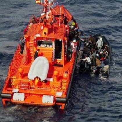 Llegan 179 inmigrantes en una embarcación al Puerto de Los Cristianos (Tenerife)