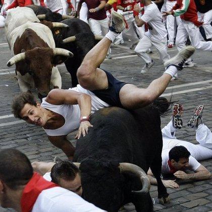 Un toro suelto de Fuente Ymbro protagoniza un encierro muy emocionante, con un herido por asta