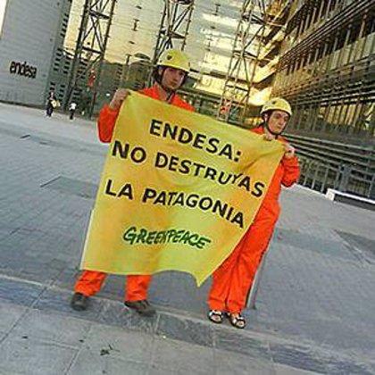 Cuatro activistas de Greenpeace descuelgan una pancarta en la sede de Endesa en Madrid