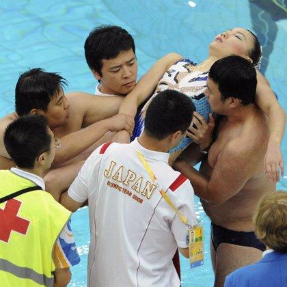 Una nadadora japonesa da el susto al desmayarse en la final por hiperventilación