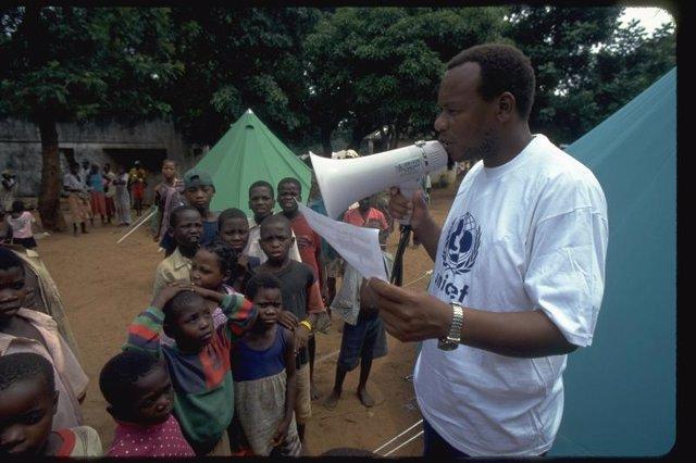 Un cooperante de UNICEF coordina un grupo de niños en África