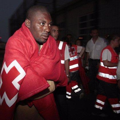 Interceptados ocho inmigrantes en el Estrecho en dos embarcaciones de juguete