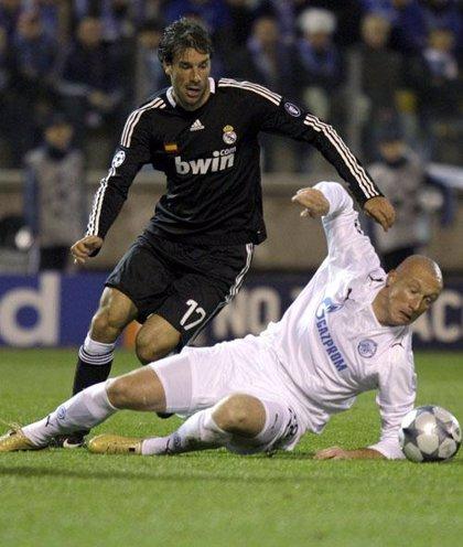 El Real Madrid sobrevive al asedio ruso y Van Nistelrooy vuelve a decidir