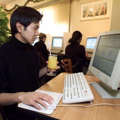 Las búsquedas en internet mantienen en forma el cerebro a medida que se envejece, según estudio