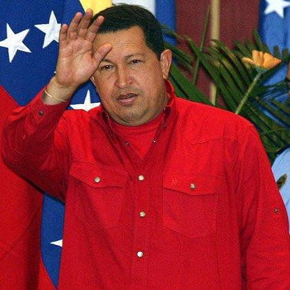 Chávez celebra sus diez años en el poder apoyado por una marea roja y prometiendo una década más de mandato