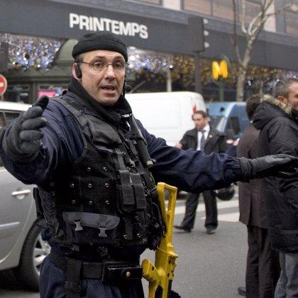 Un grupo afgano reivindica la colocación de explosivos sin detonador en unos grandes almacenes de Paris
