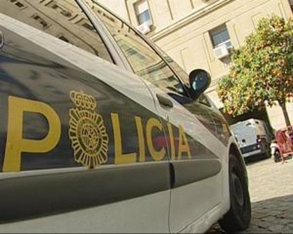 Los policías aparcan su reivindicación salarial por la crisis y exigirán hoy al Gobierno que reconozca su situación