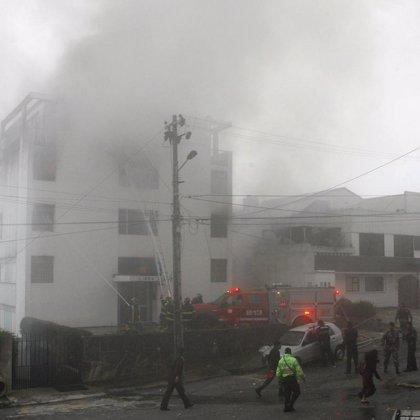 Siete muertos al estrellarse una avioneta militar contra dos edificios en Quito
