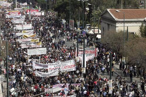 Cientos de miles de griegos secundan una huelga contra el Gobierno