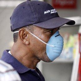 Hombre mascarilla gripe nueva A