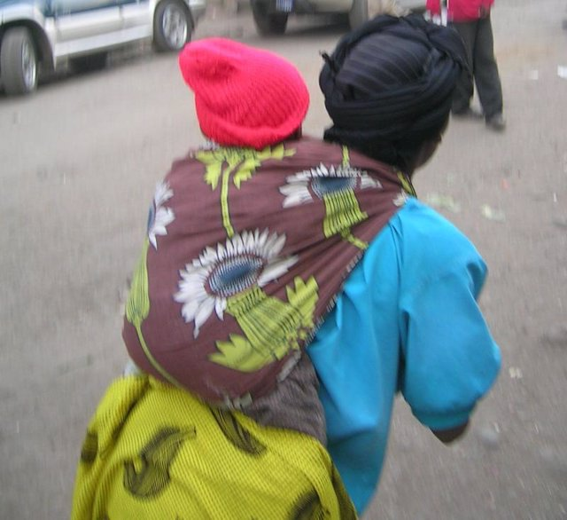 mujer africana con bebé