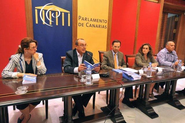 Antonio Castro presentó hoy el libro 'Cruz del Mar' en el Parlamento de Canarias