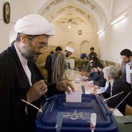 Un hombre vota en Irán