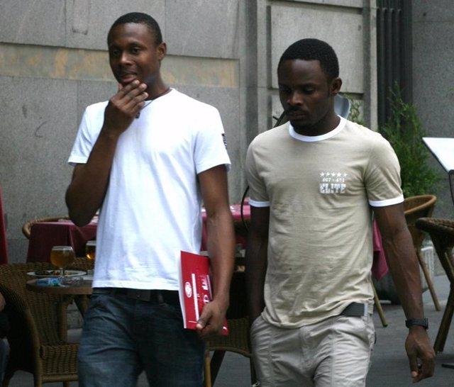 Dos inmigrantes caminan por la calle - recursos