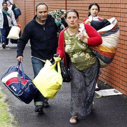 Salen de Irlanda del Norte los rumanos que se refugiaron en un iglesia por ataques racistas